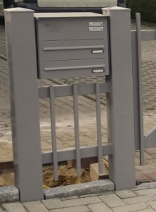 Briefkasten mit 2 Einwürfen, 2 Klingeltaster und Sprechgitter